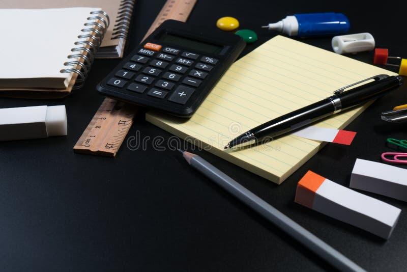 关闭办公室在黑背景的企业供应在演播室 基本和经典办公室企业供应 库存图片