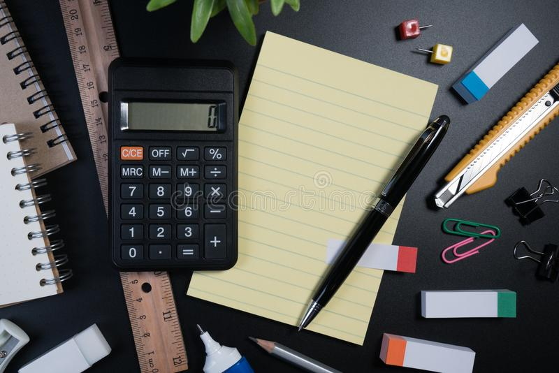 关闭办公室在黑背景的企业供应在演播室 基本和经典办公室企业供应 免版税库存图片