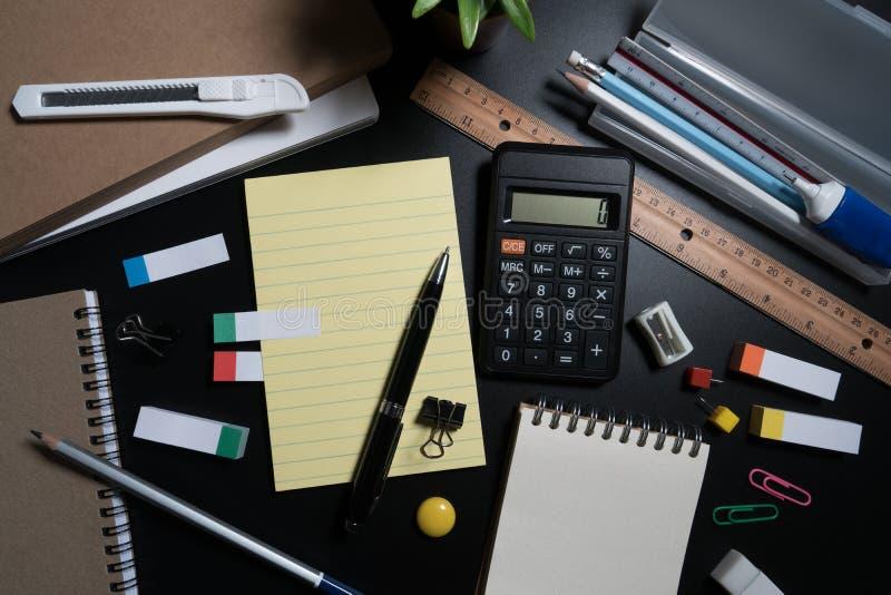 关闭办公室在黑背景的企业供应在演播室 基本和经典办公室企业供应 图库摄影