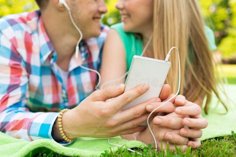 关闭加上智能手机和耳机 免版税库存照片
