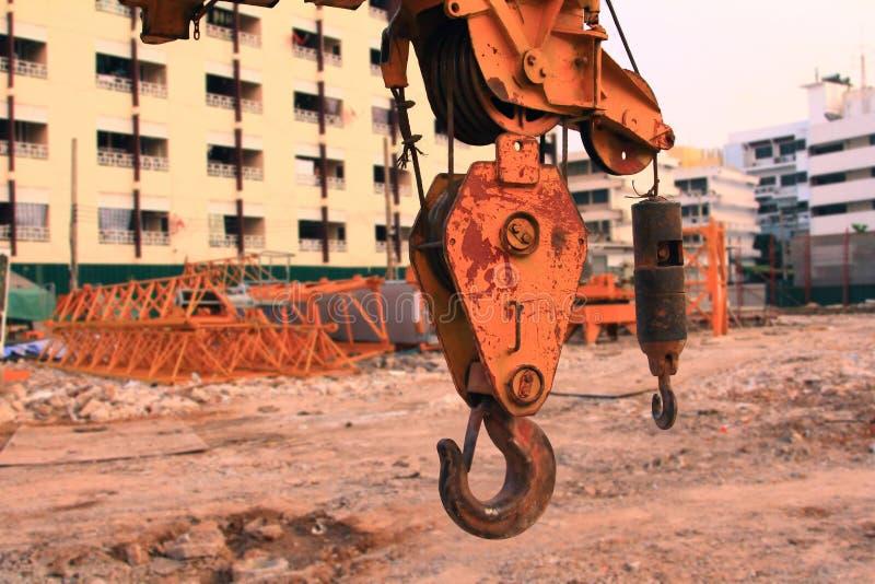 关闭勾子和起重机在工作地点、项目大厦医院建筑的卫生业务在都市与起重机和工作者 免版税库存照片