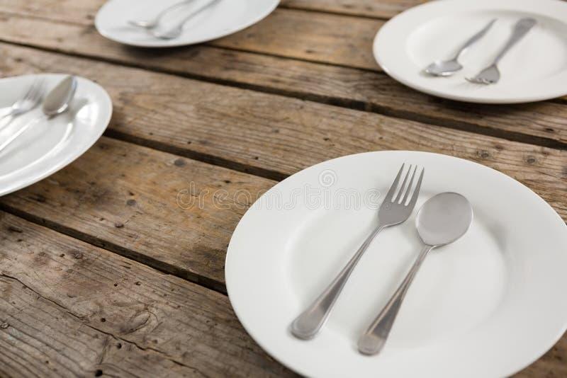 关闭匙子和叉子在板材 免版税库存图片