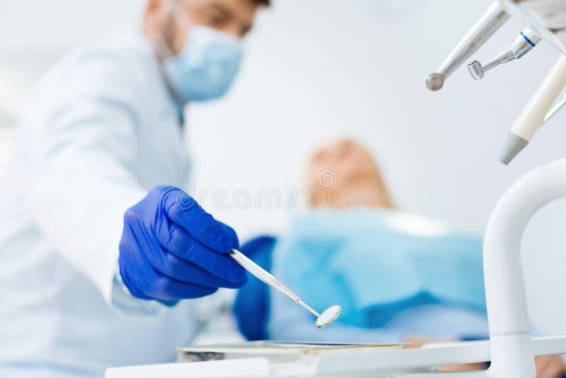 关闭医疗镜子在牙齿办公室 库存照片