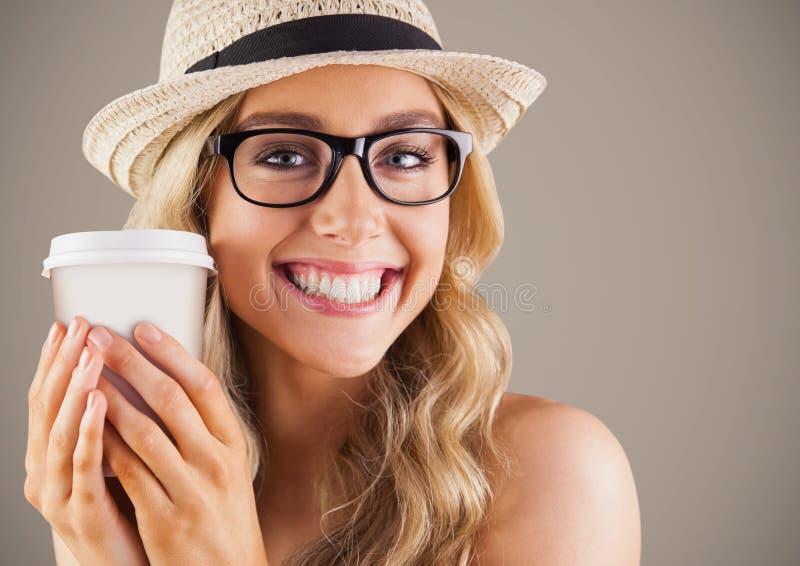 关闭千福年的妇女用咖啡反对棕色背景 免版税库存图片