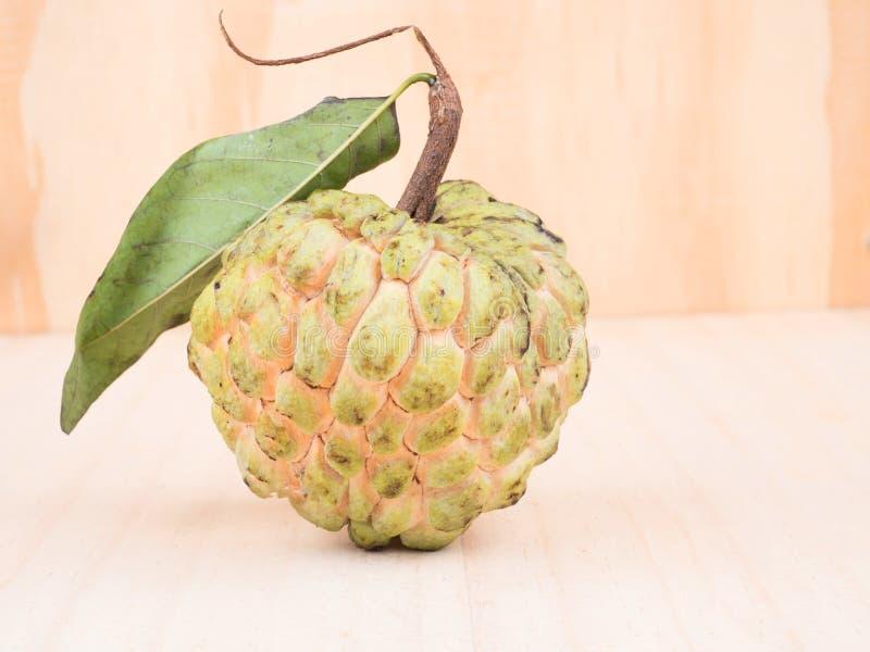 关闭南美番荔枝,在木backgroun的甜果子射击  图库摄影