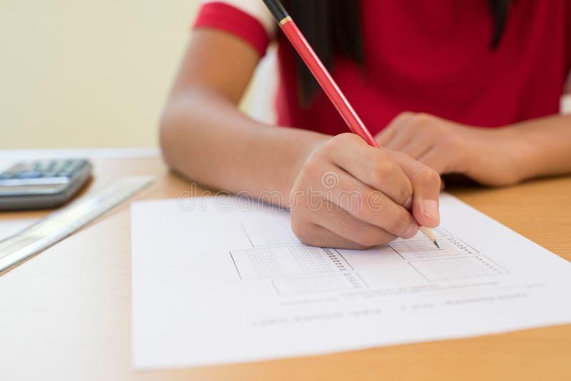 关闭参加多种选择考试Pape的母学生 免版税库存照片