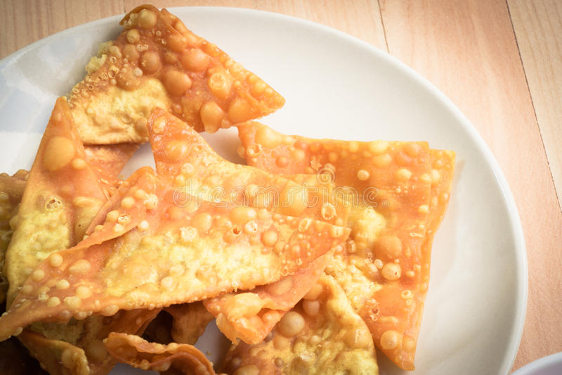 关闭可口油煎的饺子酥脆用辣调味汁 免版税库存照片