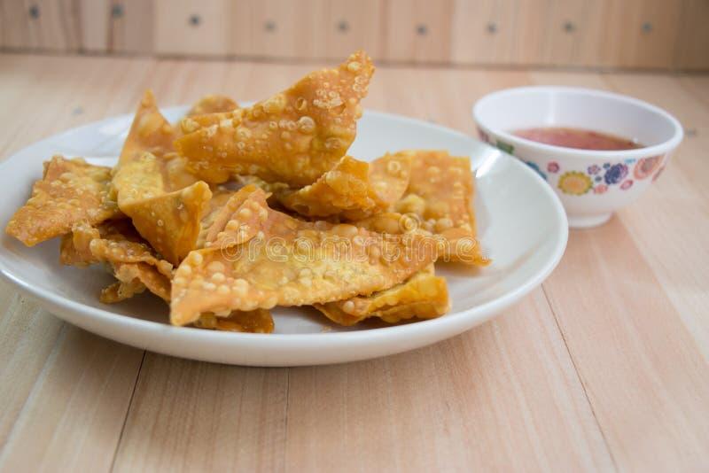 关闭可口油煎的饺子酥脆用辣调味汁 图库摄影