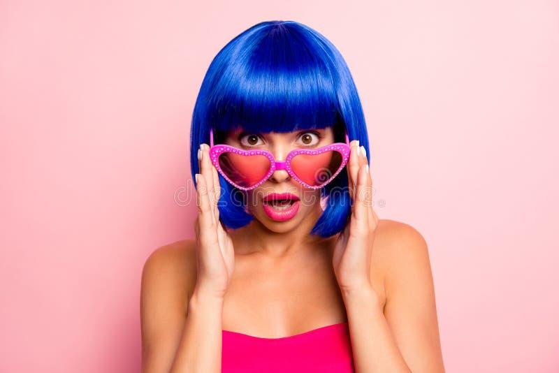 关闭可爱的夫人震惊吃惊的touchinf夏天玻璃粉红彩笔背景照片画象  免版税库存照片