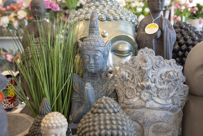 关闭各种各样的色的石头和陶瓷菩萨雕象 库存照片