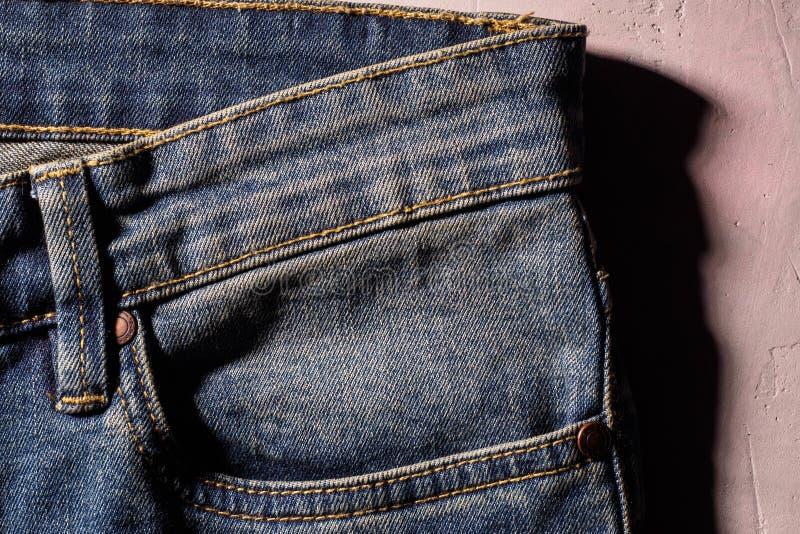 关闭后面蓝色牛仔裤牛仔布口袋纹理 免版税图库摄影