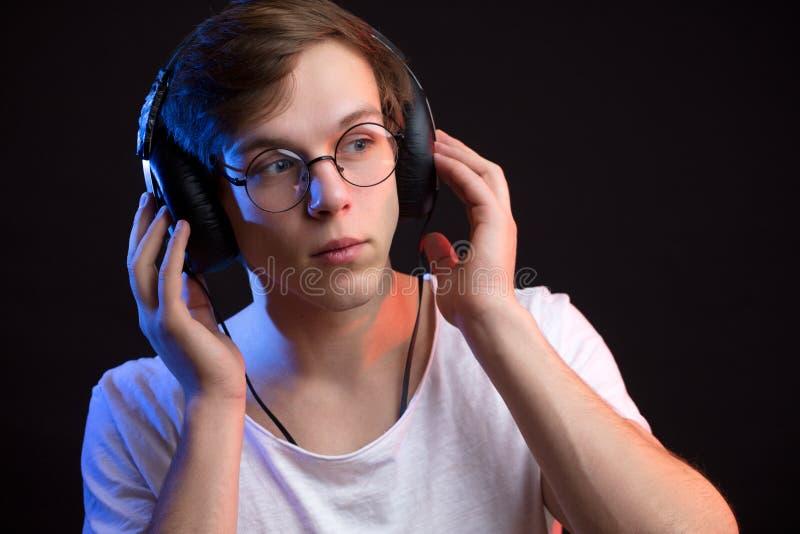 关闭听到音乐的年轻金发人画象  库存图片