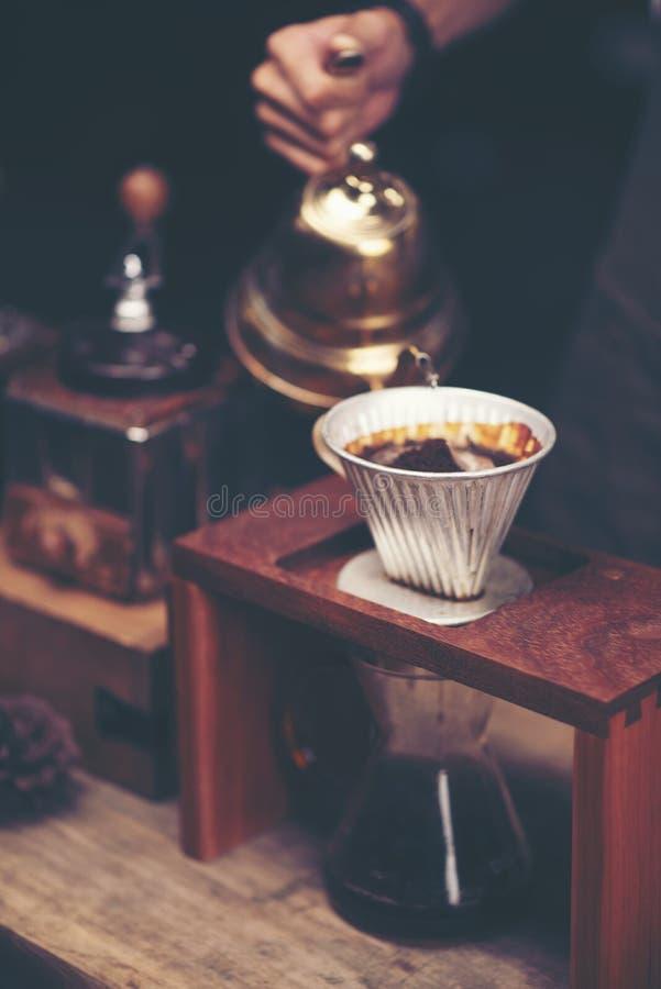 关闭咖啡在木酒吧柜台的酿造小配件 免版税库存图片