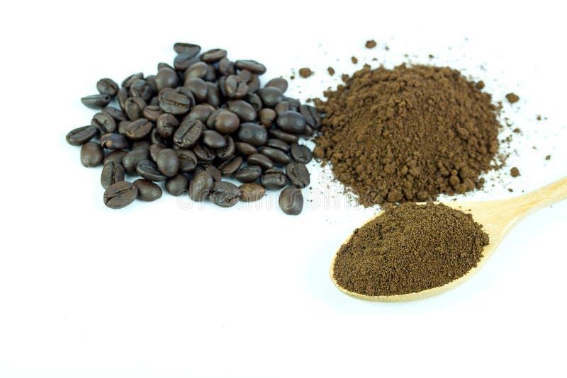 关闭咖啡豆和咖啡粉末在木匙子 图库摄影