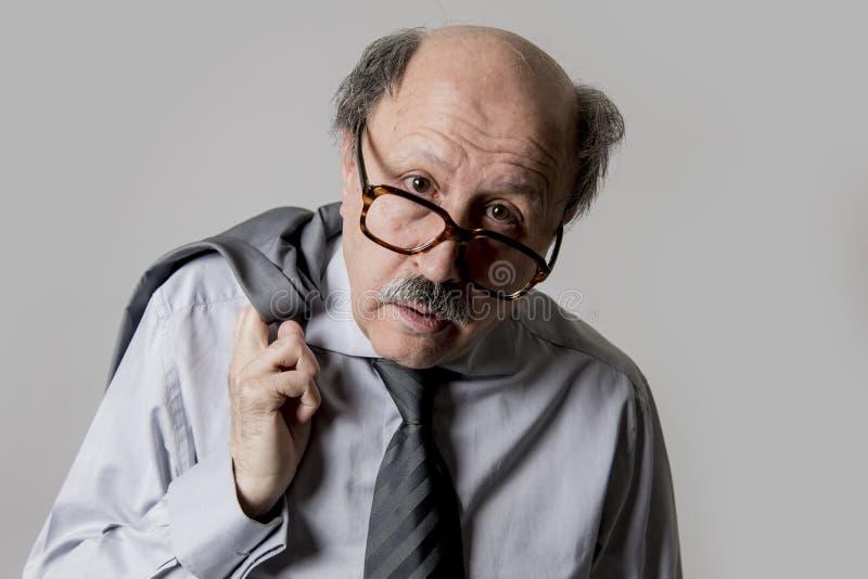 关闭哀伤秃头60s资深的商人和d顶头画象  免版税图库摄影