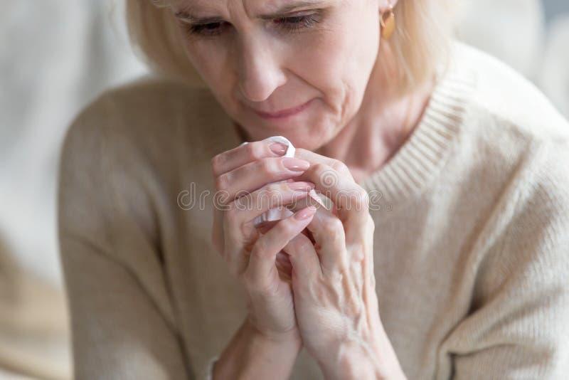 关闭哭泣的不快乐的中间年迈的妇女 免版税库存照片