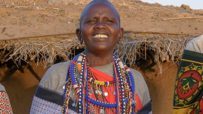 关闭唱歌在村庄的maasai妇女在马塞语玛拉附近 免版税图库摄影