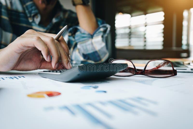 关闭商人或会计工作在计算器的计算企业数据和会计文件 事务 库存照片
