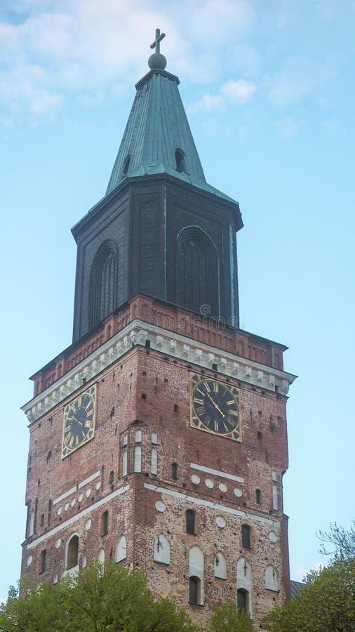关闭图尔库大教堂塔在晚上 免版税库存图片