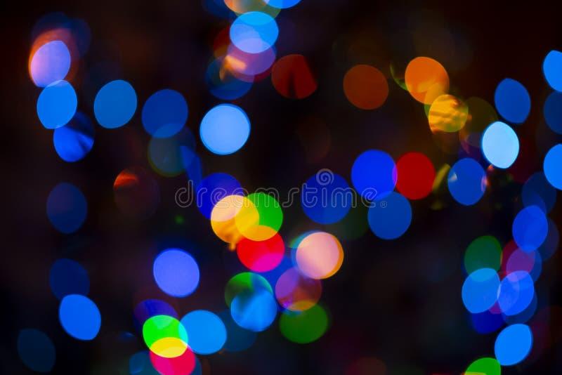 关闭圣诞树好的多彩多姿的五颜六色的bubles在黑暗的轻的背景,新年,圣诞节心情中 免版税库存照片