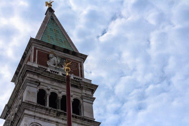 关闭圣marco钟楼有蓝天背景 库存照片