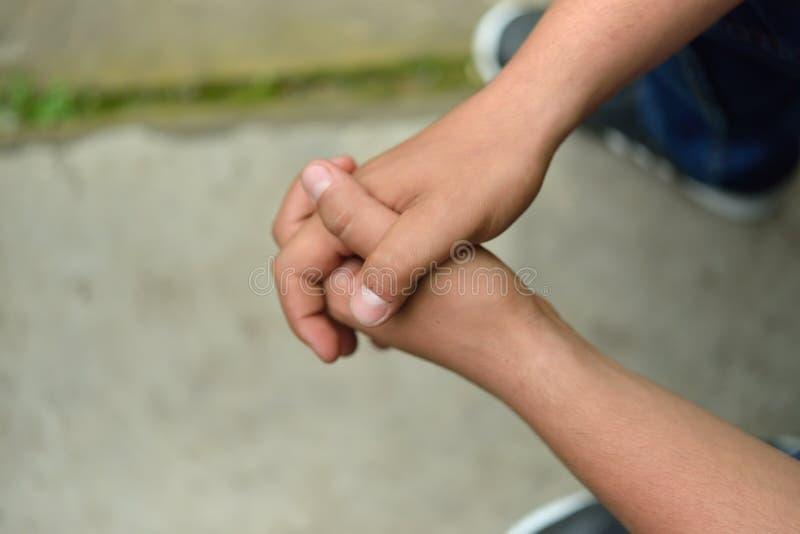 关闭在一个人用在祷告折叠的他的手外面 Lonel 免版税图库摄影
