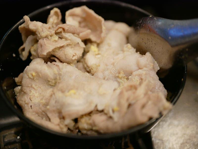 关闭在一个小碗的煮熟的新鲜的热罐非常稀薄的猪肉切片 库存照片