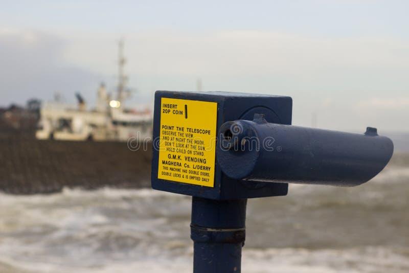 关闭在一个强的金属框的一台投入硬币后自动操作的望远镜在北部码头在曼格唐郡 图库摄影