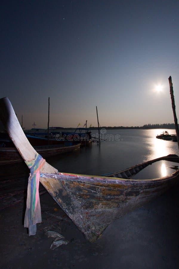 关闭在一条长尾巴小船在夜之前,在满月,泰国 库存图片