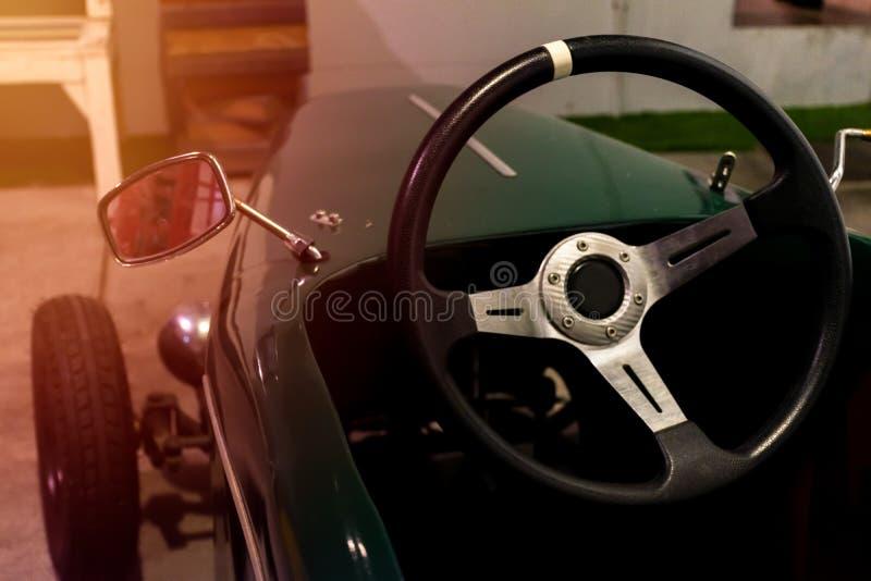 关闭在一点经典汽车的方向盘 免版税库存照片