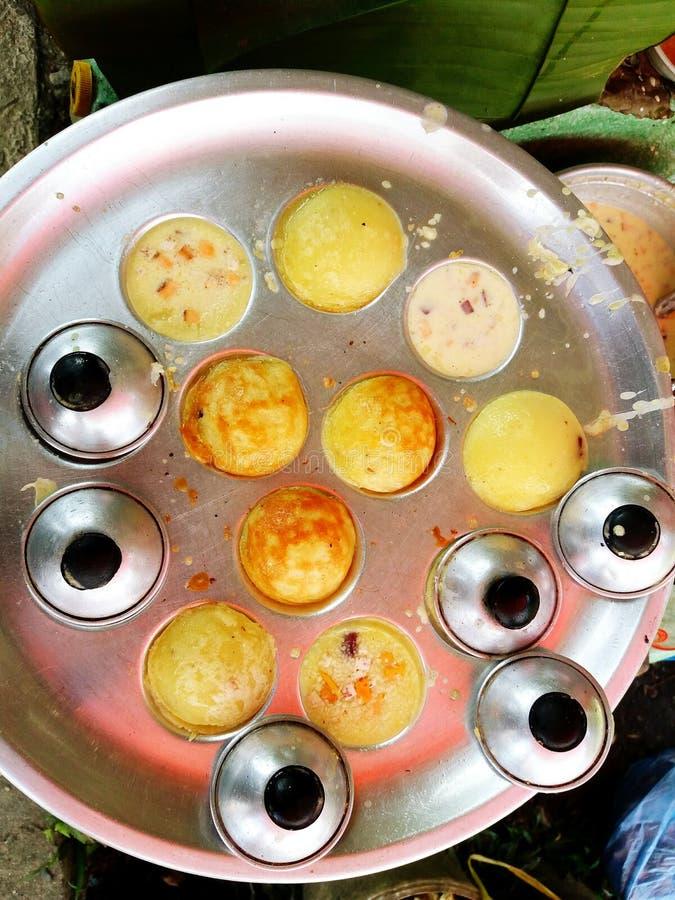 关闭在不锈的烤箱的椰子米薄煎饼 免版税库存图片