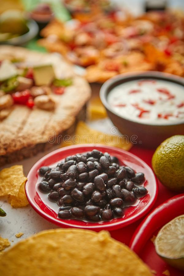关闭在与各种各样的新近地做的墨西哥食物分类的黑豆 库存照片