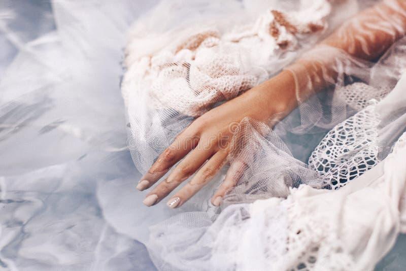 关闭在与织品的水中的妇女手 时尚Conce 库存图片