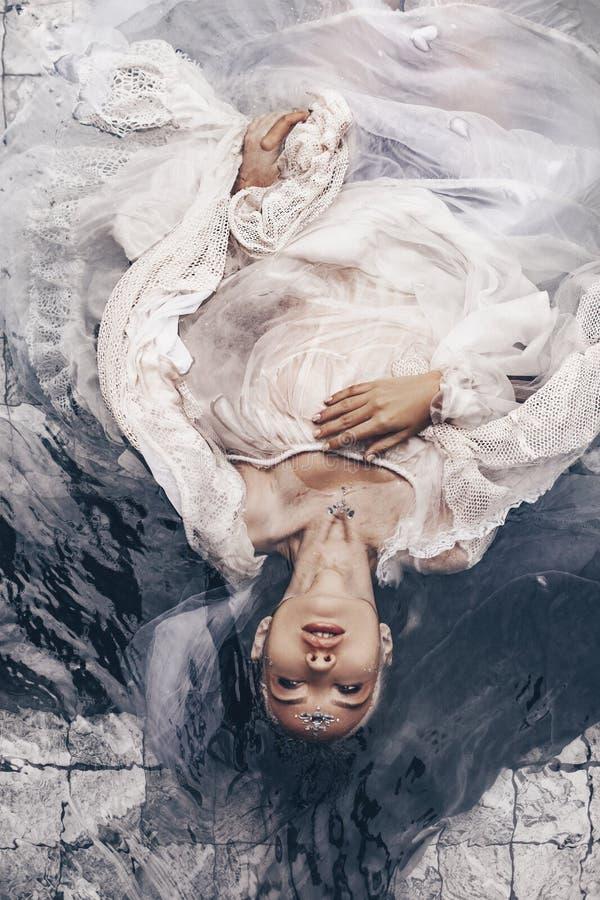 关闭在与织品的水中的美丽的妇女画象 免版税库存图片