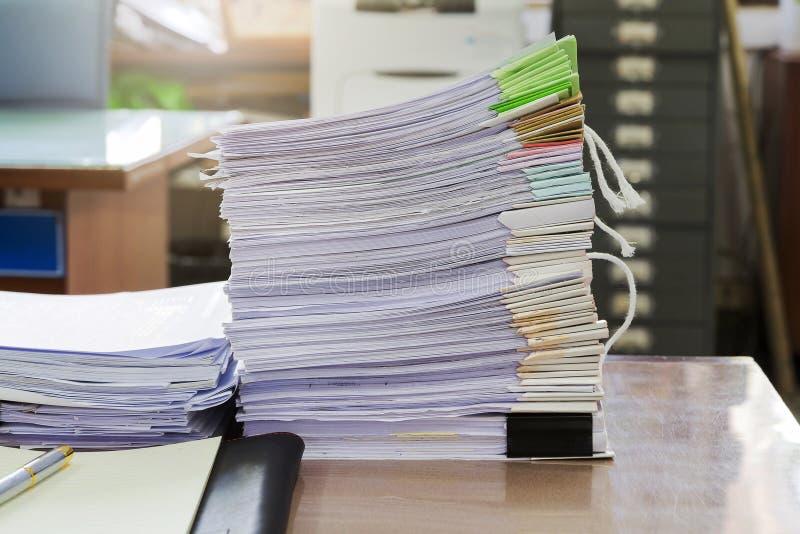 关闭在书桌,报告纸叠上的商业文件堆 免版税图库摄影