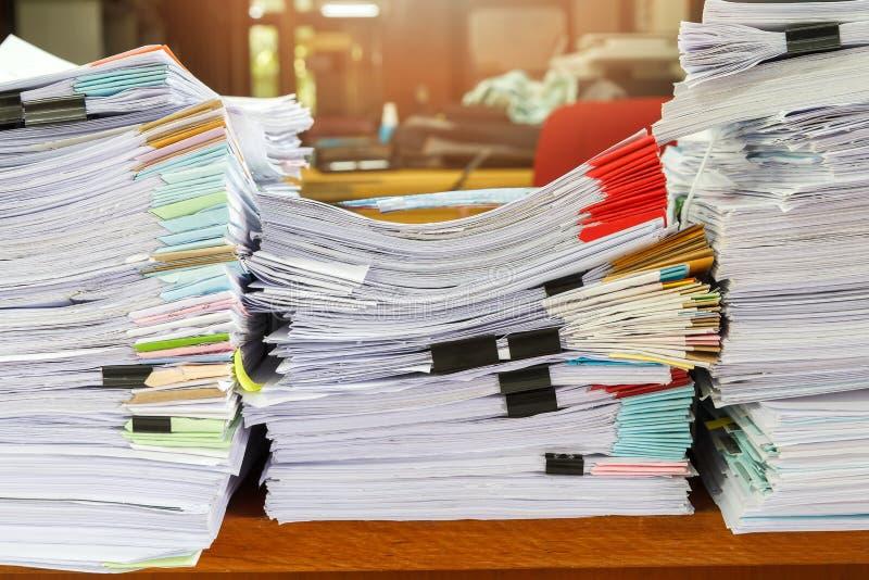 关闭在书桌,报告纸叠上的商业文件堆 库存图片
