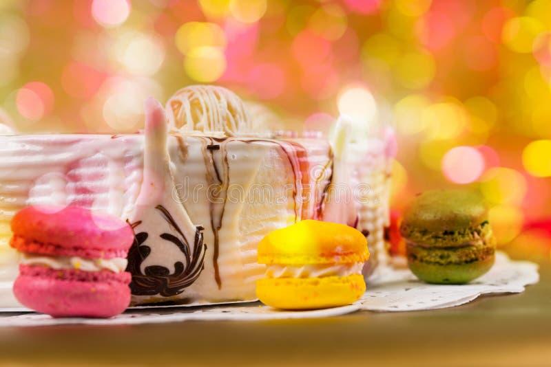 关闭在五颜六色的brighting的背景的开胃饼 免版税图库摄影