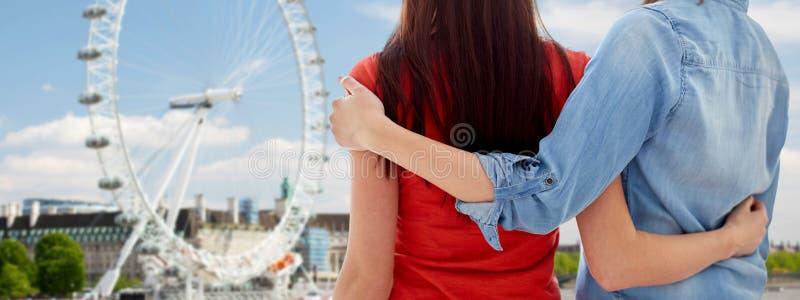 关闭在伦敦眼睛的愉快的女同性恋的夫妇 库存照片