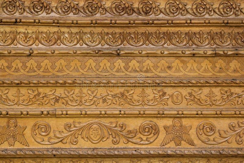 关闭在修道院墙壁上的装饰木雕刻  免版税库存图片