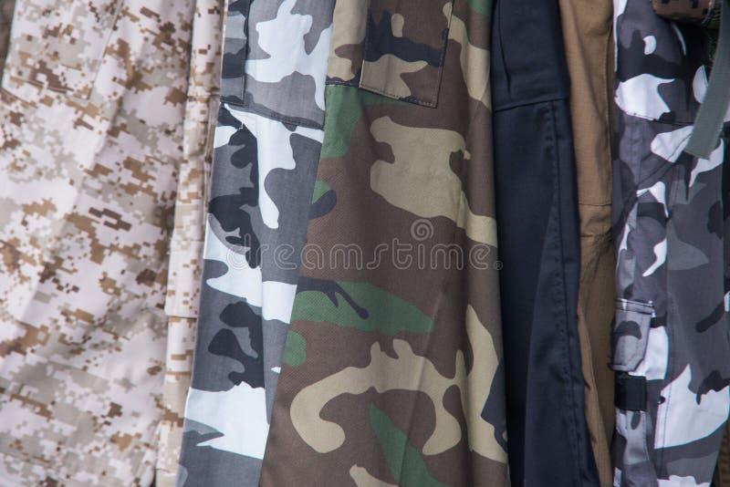 关闭在军队混杂的camo衣物  库存照片