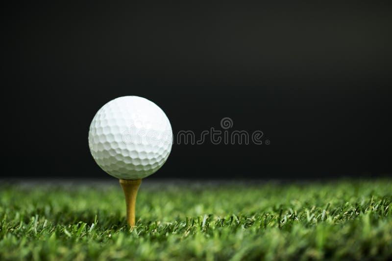 关闭在准备好的发球区域的高尔夫球是射击 库存照片