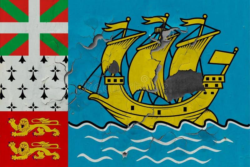 关闭在剥皮油漆的墙壁上的脏,损坏的和被风化的圣皮埃尔密克隆旗子看叉瓦的基面 免版税库存照片