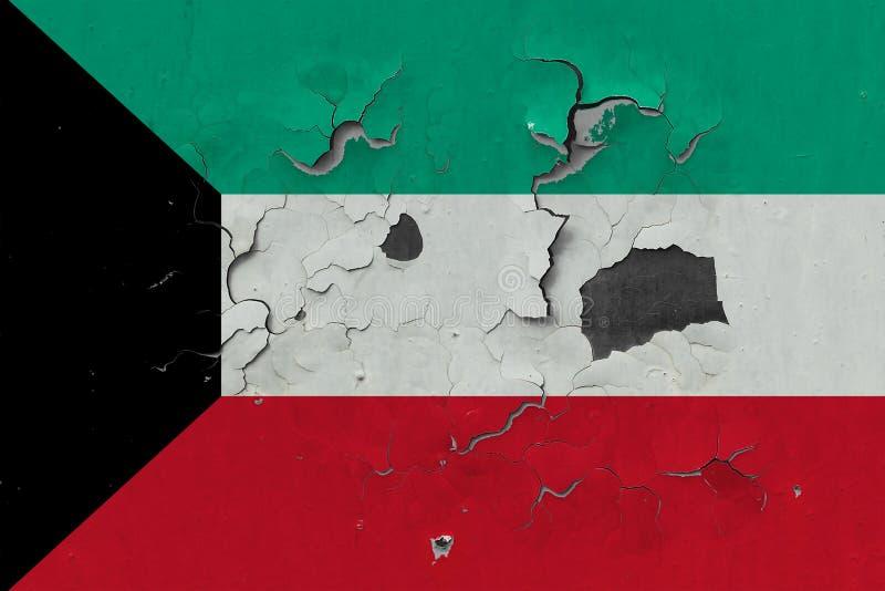关闭在剥皮油漆的墙壁上的脏,损坏的和被风化的科威特旗子看叉瓦的基面 免版税库存照片