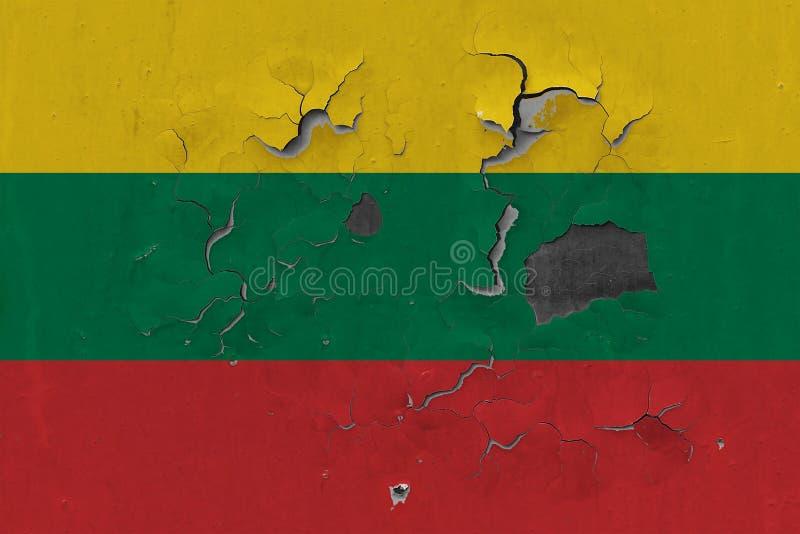 关闭在剥皮油漆的墙壁上的脏,损坏的和被风化的立陶宛旗子看叉瓦的基面 免版税库存照片