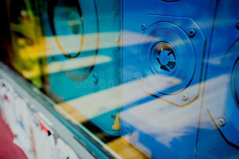 关闭在商店窗口vitrine后的蓝色老合理的减速火箭的报告人箱子 库存图片