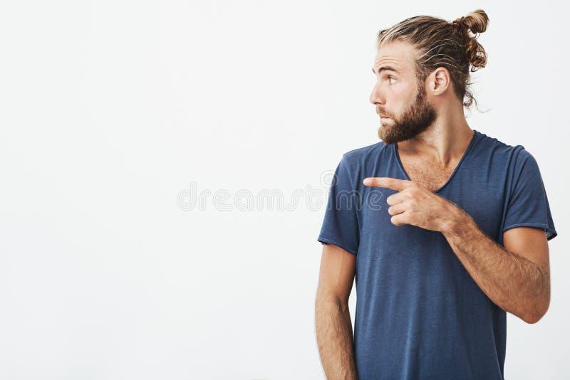 关闭在外形的人和胡子把他的手指指向的画象有时髦理发的快乐的英俊的白色 免版税库存照片