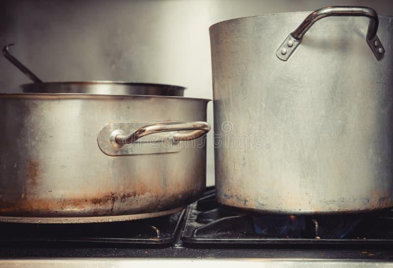 关闭在大罐和平底深锅在厨房里 图库摄影