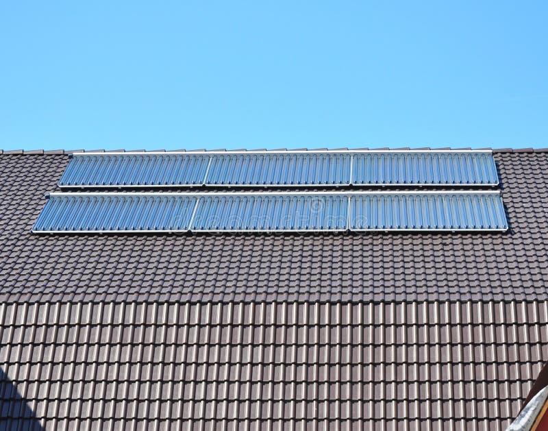 关闭在太阳电池板 太阳水嵌入式供暖器 库存照片