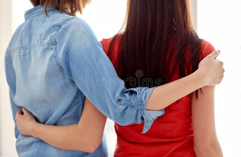 关闭在家拥抱愉快的女同性恋的夫妇 免版税库存图片