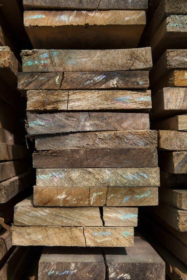 关闭在工厂使用的堆木纹理堆物质对象建筑的和多用途 免版税库存照片